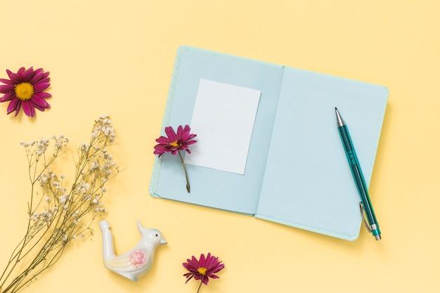 Papel en blanco con flores y rama de planta