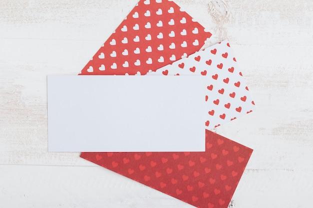 Papel blanco con papeles de patrón de corazón