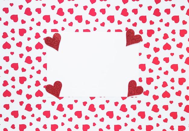 Papel en blanco con pequeños corazones