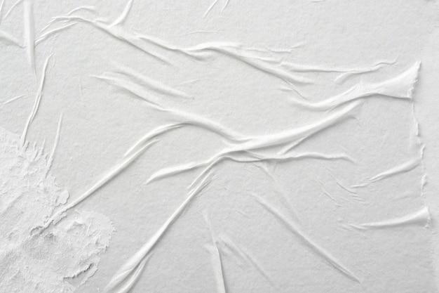 Papel blanco con pliegues.