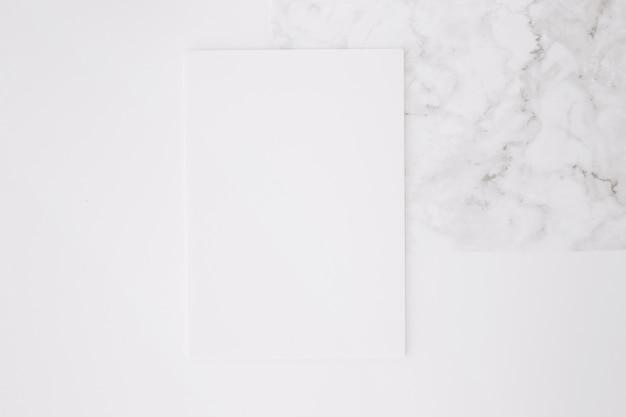 Papel en blanco sobre fondo de escritorio blanco