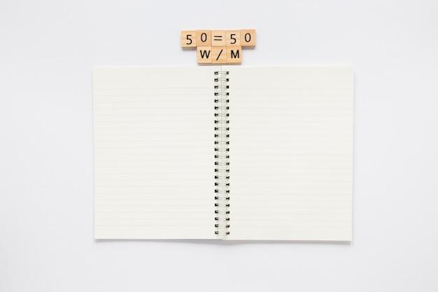 Papel de bloc de notas de papelería con el símbolo de igualdad de derechos