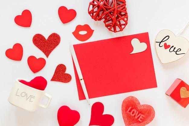 Papel y boligrafo con corazones para san valentin