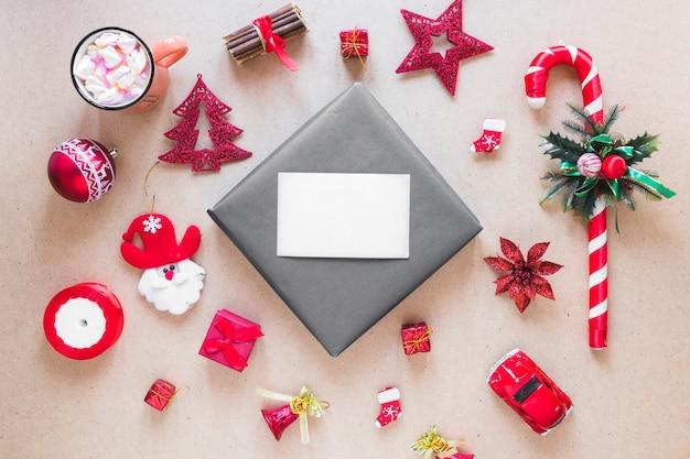 Papel cerca de conjunto de adornos navideños y copa.