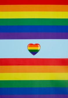 Papel colorido con insignia del corazón