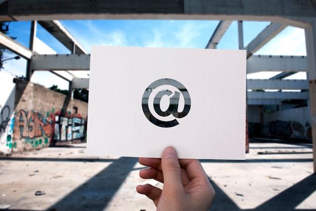 Papel de comunicación de red de correo electrónico perforado en el signo