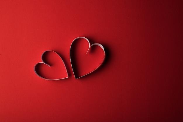 Papel de corazón rojo sobre fondo rojo