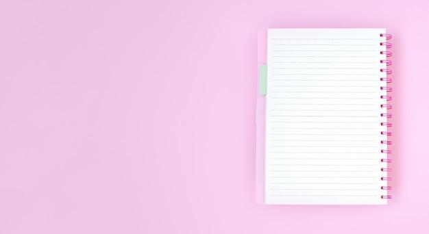 Papel de cuaderno vacío para texto sobre fondo rosa