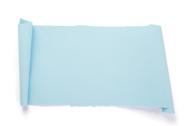 Papel curvo o enrollado aislado en fondo blanco.