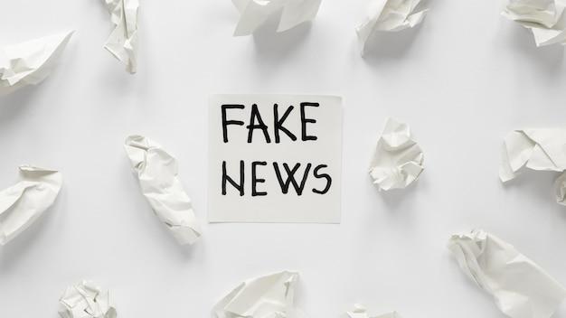 Papel desmenuzado con mensaje de noticias falsas