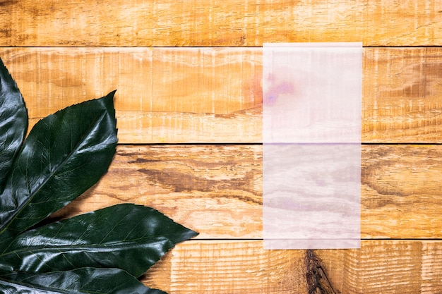 Papel endeble plano con fondo de madera