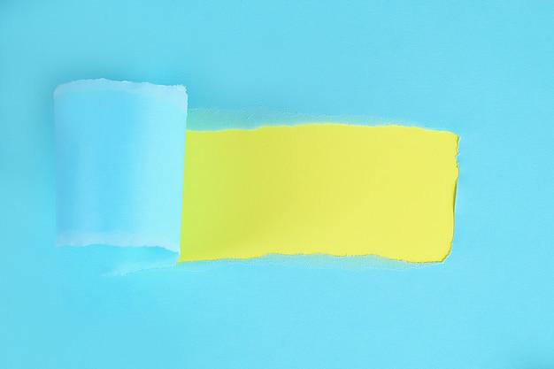 Papel envuelto en color rasgado con espacio para mensaje. agujero rasgado en papel sobre fondo. copia espacio