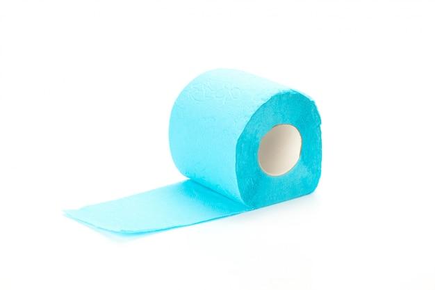 Papel higiénico aislado en superficie blanca