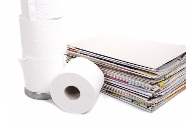 Papel higiénico y pila de revistas