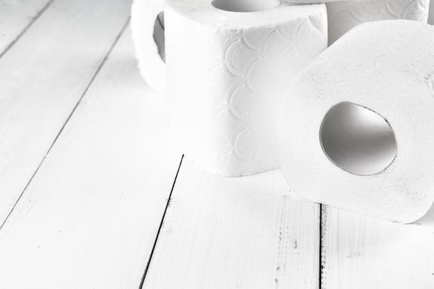 Papel higiénico simple, vista lateral de cerca