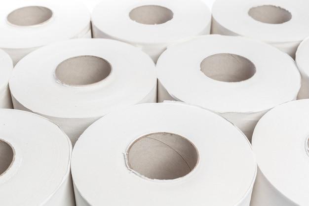 Papel higiénico sobre fondo blanco