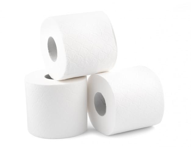 Papel higiénico en la superficie blanca