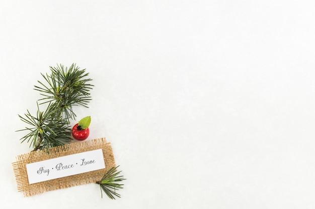 Papel con inscripción joy peace love con manzana pequeña.