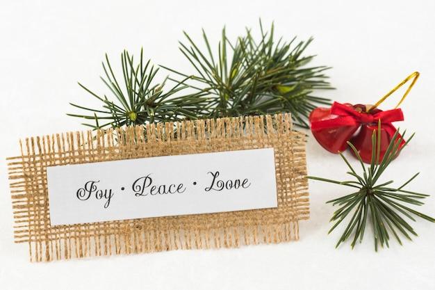 Papel con inscripción joy peace love en mesa.