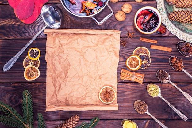 Papel marrón e ingredientes para hacer vino caliente.