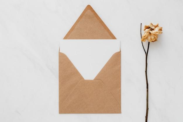 Papel marrón con una tarjeta