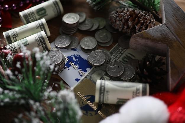 Papel moneda enrollado y brillos