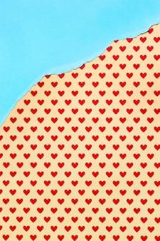 Papel naranja con fondo de corazones rojos