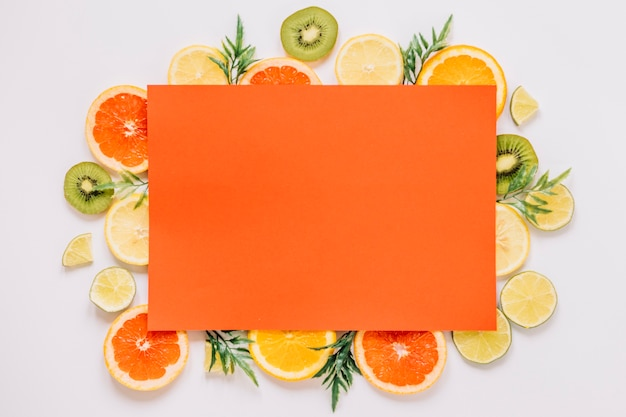 Papel naranja en una variedad de frutas