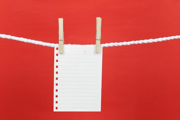 Papel de nota vacío colgar en el tendedero.