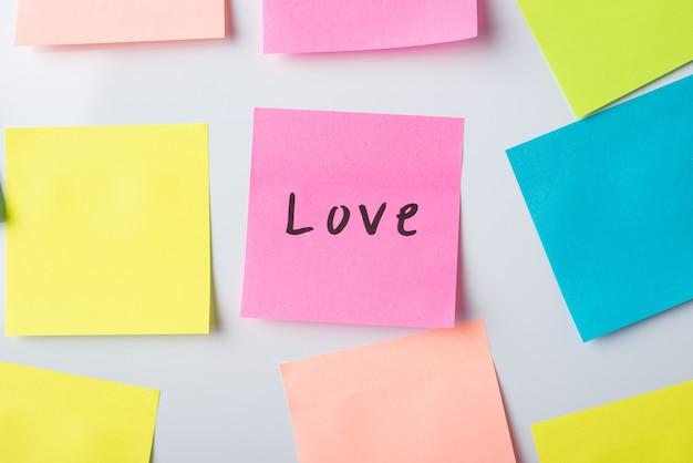 Papel con la palabra amor en la pared