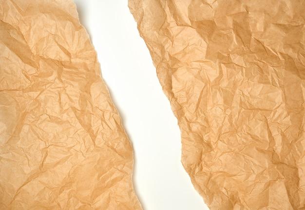 Papel de pergamino marrón arrugado rasgado, fondo blanco