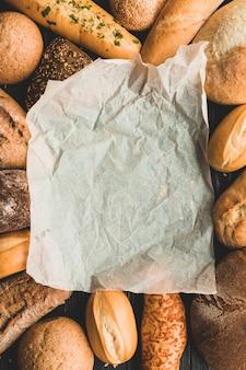 Papel de pergamino entre panes de pan