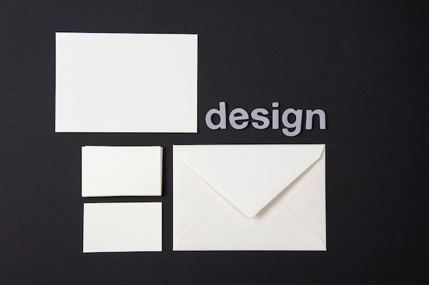 Papel pintado moderno con artículos de papelería blancos.