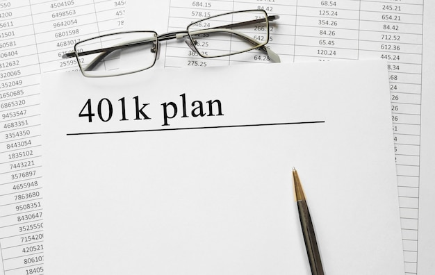 Papel con plan 401k sobre una mesa