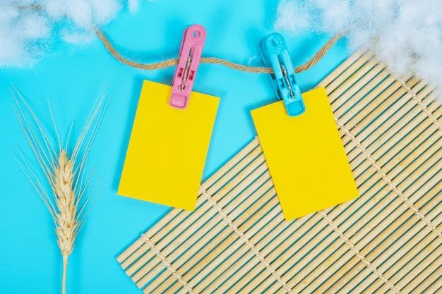 El papel que colgaba del riel de la cuerda se colocó en un azul.