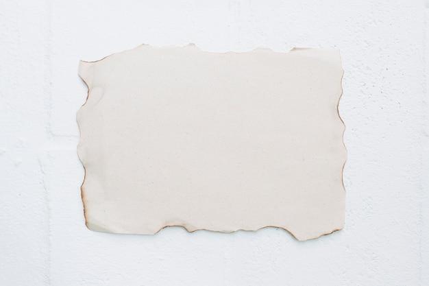 Papel quemado en blanco sobre fondo blanco