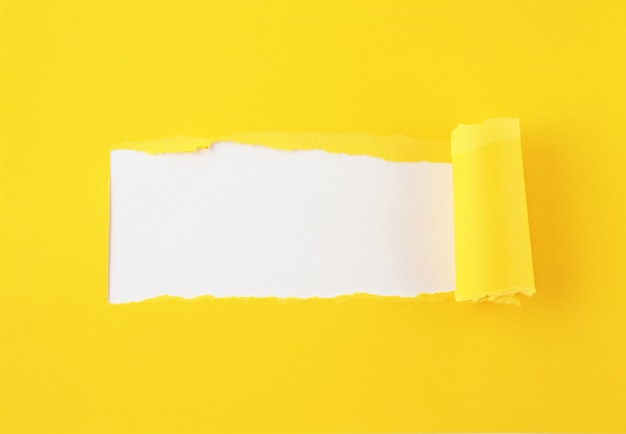 Papel rasgado, agujero en la hoja de papel.
