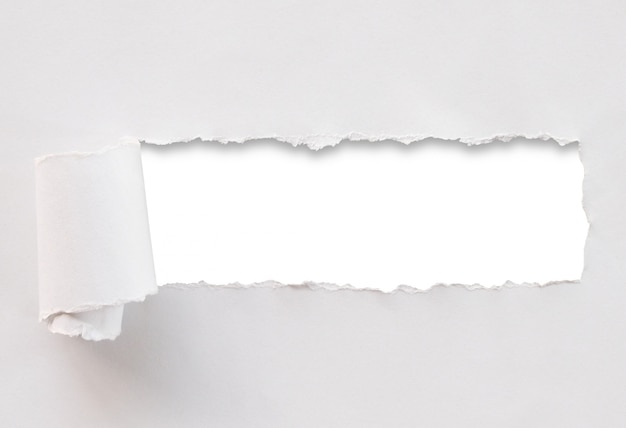 Papel rasgado aislado en el fondo blanco.