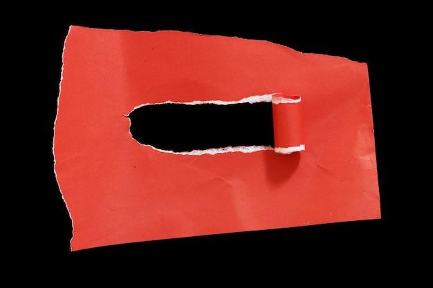 Papel rasgado aislado sobre fondo negro