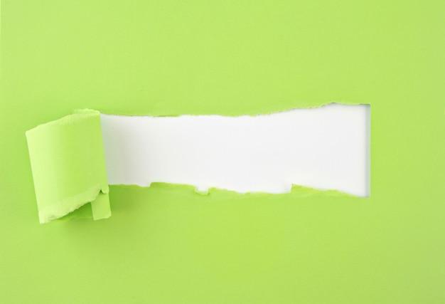 Papel rasgado de color, agujero en la hoja de papel