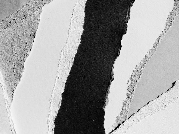 Papel rasgado en escala de grises