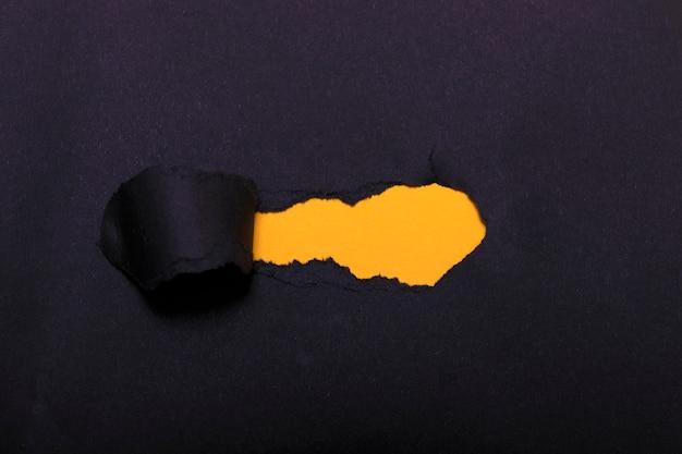Papel rasgado con espacio naranja para su mensaje.