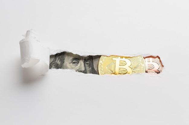Papel rasgado que revela moneda