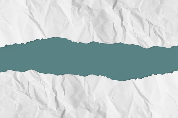 Papel rasgado sobre fondo pastel con trazado de recorte. copie el espacio.