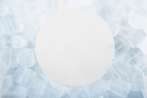 Papel redondo sobre cubitos de hielo