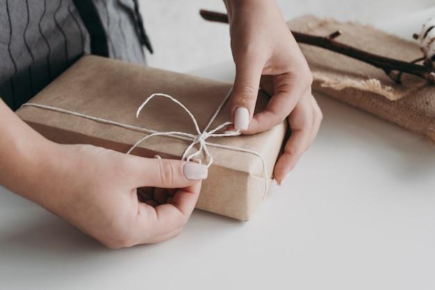 Papel de regalo de manos de primer plano