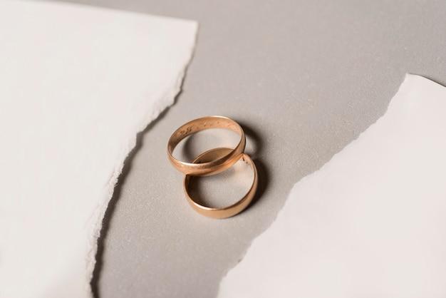 Papel roto con anillos de boda dorados