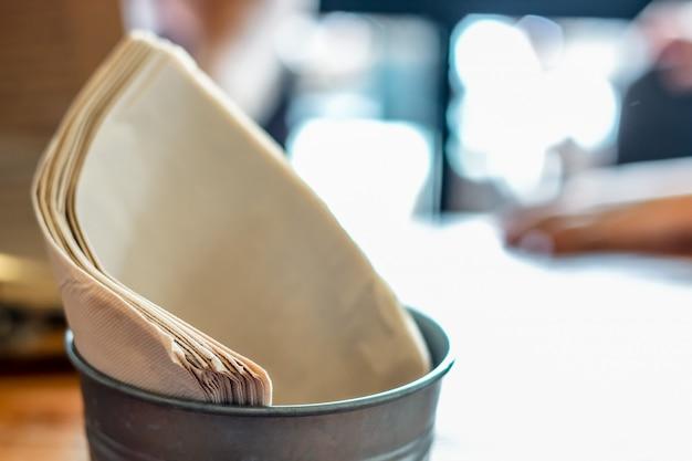 Papel de seda marrón en la canasta con bokeh