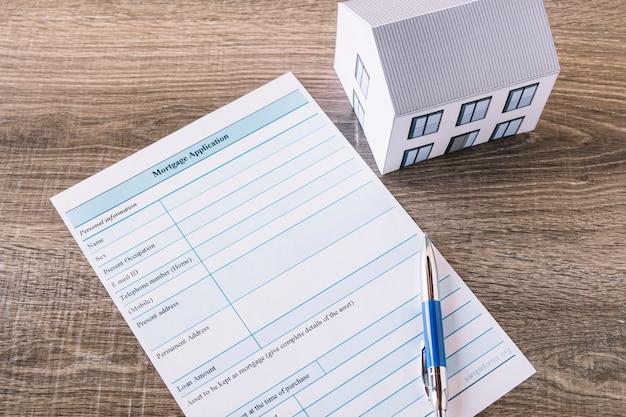 Papel para solicitud de hipoteca en la mesa