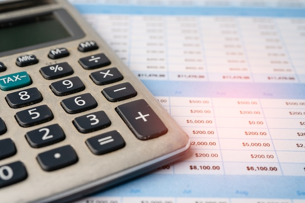 Papel de tabla de hoja de cálculo con calculadora. desarrollo financiero, cuenta bancaria, economía de datos de investigación analítica de inversión estadística, comercio, informes de oficina móvil concepto de reunión de empresa de negocios.